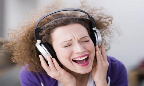 如何通过英文歌曲轻松提高英语-听英文歌曲学英语-深圳龙岗同博国际英语